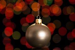 在黑暗的背景的美丽的银色圣诞节球 免版税库存图片