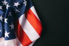 在黑暗的背景的美国国旗 库存图片