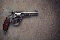 在黑暗的背景的老左轮手枪 库存图片
