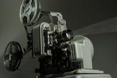 在黑暗的背景的老戏院放映机 库存图片