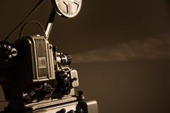 在黑暗的背景的老戏院放映机 图库摄影