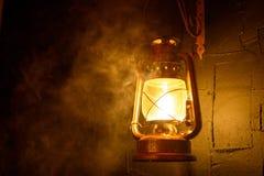 在黑暗的背景的葡萄酒灯笼 免版税图库摄影