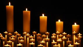 在黑暗的背景的蜡烛感恩、情人节、生日快乐,纪念品,欢乐的,圣诞节和拉丁文 股票视频