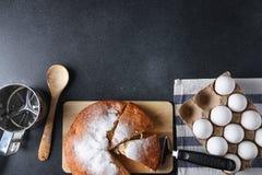 在黑暗的背景的被切的饼顶视图与成份 免版税图库摄影