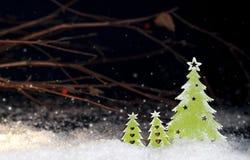 在黑暗的背景的装饰圣诞树 免版税库存照片