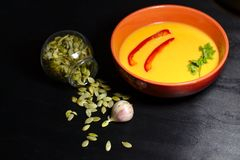 在黑暗的背景的辣南瓜汤 免版税图库摄影
