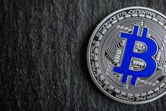 在黑暗的背景的银色bitcoin, 免版税图库摄影
