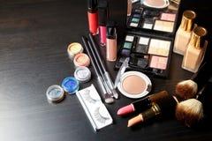 在黑暗的背景的集合专业化妆用品与拷贝空间 免版税库存图片
