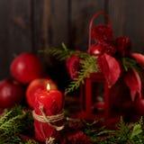 在黑暗的背景的静物画 蜡烛装饰和candlestic 免版税库存照片