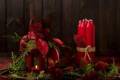 在黑暗的背景的静物画 蜡烛装饰和candlestic 库存图片