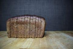 在黑暗的背景的黑面包 免版税库存图片