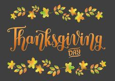 在黑暗的背景的`感恩天`手写的文本与秋叶边界 图库摄影