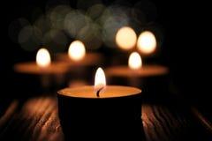在黑暗的背景的Lightining蜡烛 免版税库存图片