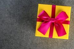 在黑暗的背景贺卡假日概念的当前箱子 大模型为生日,情人节,圣诞节,新年 库存图片