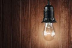 在黑暗的背景,创造性的概念的电灯泡 免版税库存图片