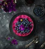 在黑暗的背景,有选择性的foc的没有被烘烤的蓝莓奶油甜点蛋糕 库存照片
