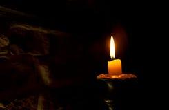 在黑暗的蜡烛 免版税图库摄影