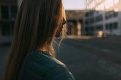 在黑暗的街道特写镜头的白肤金发的女孩画象 免版税库存图片