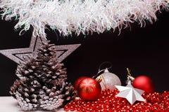 在黑暗的表面无光泽的背景的圣诞节构成 免版税库存图片