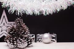 在黑暗的表面无光泽的背景的圣诞节构成 库存照片