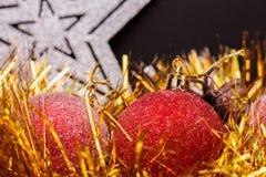 在黑暗的表面无光泽的背景的圣诞节构成 免版税库存照片