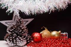 在黑暗的表面无光泽的背景的圣诞节构成 库存图片