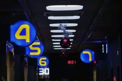 在黑暗的走廊的照明设备 在隧道的光 数字表明戏院的数字 免版税库存照片