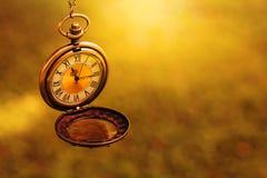 在黑暗的金子颜色的老减速火箭的时钟有插入物的t空的空间 库存照片