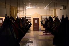 在黑暗的飞行瑜伽更好的凝思和休息的 免版税图库摄影