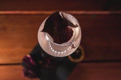 在黑暗的餐巾和木头,顶视图的白色cockatil 免版税库存图片