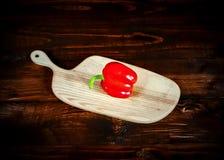 在黑暗的黑板的红辣椒有拷贝空间的 库存照片