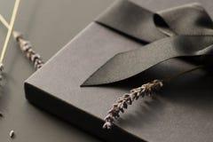 在黑暗的黑礼物盒对比了背景,装饰用a 免版税库存图片