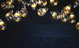在黑木头的电灯泡 顶视图拷贝空间 免版税图库摄影