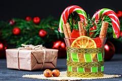在黑木桌上的圣诞节装饰 免版税图库摄影