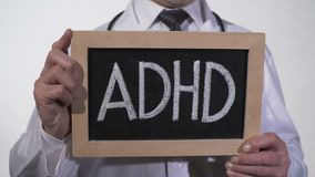 在黑板写的ADHD在治疗师手,精神病学的精神错乱 影视素材