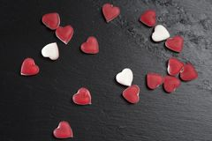 在黑板岩的红色橘子果酱心脏上 看板卡日设计dreamstime绿色重点例证s传统化了华伦泰向量 库存图片