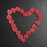 在黑板岩的红色橘子果酱心脏上 看板卡日设计dreamstime绿色重点例证s传统化了华伦泰向量 图库摄影