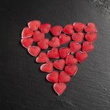 在黑板岩的红色橘子果酱心脏上 看板卡日设计dreamstime绿色重点例证s传统化了华伦泰向量 免版税库存照片