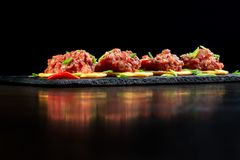 在黑板岩的食家纤巧生肉起始者 图库摄影