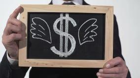 在黑板画的飞过的美元标志在商人手上,价格成长  股票视频
