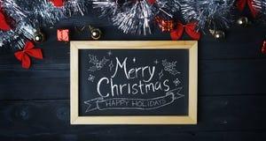 在黑板的圣诞快乐印刷术 银色圣诞节Ornam 免版税库存照片