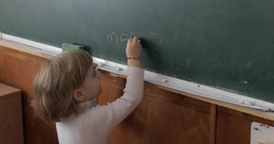 在黑板的女孩图画使用白垩在教室 教育过程 股票录像