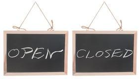 在黑板的开放和闭合的字 图库摄影