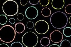 在黑板的色的手拉的圈子 库存照片