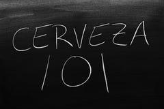 在黑板的Cerveza 101 翻译:啤酒101 免版税库存图片