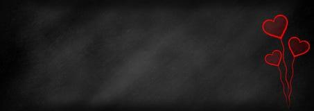 在黑板backbround的红心 免版税图库摄影