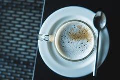在黑桌上的热的咖啡 免版税库存图片
