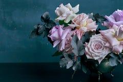 在黑桌上的美丽的桃红色玫瑰花束与文本的空间 库存照片
