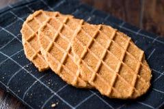 在黑桌布的新鲜的酥脆奶蛋烘饼 库存照片