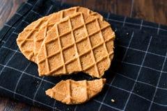 在黑桌布的新鲜的酥脆奶蛋烘饼 免版税库存图片